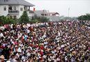 Tin trong nước - Hội chọi trâu Hải Lựu 2018: Ngàn người chen chúc, trèo tường vào sân đấu
