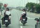 Tin tức - Nhóm thanh niên đầu trần, dàn hàng chặn xe trên quốc lộ để rước dâu gây bức xúc