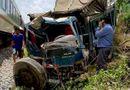 Tin trong nước - Xe tải nát đầu vì va chạm mạnh với tàu hỏa, 2 người nhập viện