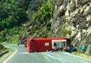 Tin tức - Hiện trường xe khách bị lật trên đèo Khánh Hoà, 18 người thương vong