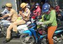 Tin tức - Xúc động hình ảnh 2 CSGT đưa bé 14 tháng tuổi đi cấp cứu