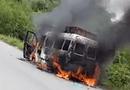 Tin tức - Video: Xe tang lễ bốc cháy dữ dội trên đường về