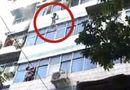 Tin tức - Video: Cháy chung cư, người mẹ ném con qua cửa sổ vì không kịp chạy