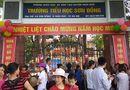 """Tin tức - Hà Nội: Trường bị tố """"lạm thu"""" gần 7,5 triệu đồng, phụ huynh đứng kín cổng dõi theo con ngày khai giảng"""