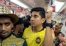 """Cư dân mạng \""""tan chảy\"""" nhìn bộ trưởng Malaysia đi tàu điện ngầm đến xem chung kết AFF Cup"""