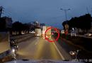 """Tin tức - Video: Bị té ngã sát xe tải, người phụ nữ """"thoát án tử"""" thần kỳ"""