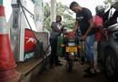 """Tin tức - Chỉ sau 1 đêm, giá xăng ở Zimbabwe tăng """"choáng váng"""" gấp hơn 2 lần"""