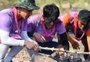 """Trường """"híp"""" xông xáo nhóm lửa, nấu canh cá cùng đồng đội ở Thái Lan"""