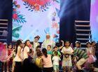 Tin tức giải trí - Hàng trăm em nhỏ ùa lên sân khấu để bao vây danh hài Quang Thắng