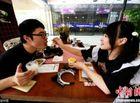 Cộng đồng mạng - Rộ trào lưu uống cà phê do hotgirl 'đút' cho khách