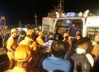 Tin trong nước - Vụ 9 người mất tích: Đưa thi thể thuyền viên đầu tiên vào bờ