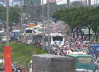 """Tin trong nước - Hà Nội hành khách """"chờ dài"""" cổ, TP. Hồ Chi Minh kẹt xe cả buổi sáng ngày đầu nghỉ lễ 30/4"""