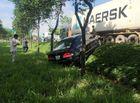 Tin trong nước - Xe đầu kéo húc văng ô tô con, 3 cha con thoát chết trong gang tấc