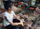 An ninh - Hình sự - 2 người phụ nữ hắt dầu luyn vào sạp thịt lợn giá rẻ lãnh án