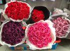 """Kinh doanh - Hoa hồng sáp """"hút khách"""" dịp 20/10, giá cả triệu đồng/bó"""