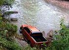 Tin tức - Chiếc xe bán tải cùng xác người đàn ông bí ẩn dưới dòng suối