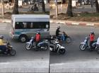 """Tin tức - Giữa đường ngược chiều, nữ """"ninja"""" vô tư dừng xe buôn điện thoại"""