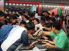 Tin tức - Clip: Hàng trăm người tranh giành đồ ăn buffet miễn phí ở Cần Thơ