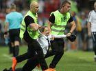 Tin tức - Những người quá khích xông vào sân cỏ trong trận chung kết World Cup 2018 là ai?