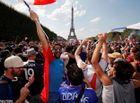 Tin tức - CĐV Pháp ăn mừng cuồng nhiệt ngày đội bóng đăng quang World Cup 2018