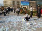 Tin thế giới - Video: Trầm cảm, người phụ nữ mang tiền đi rải đầy đường