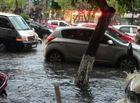 Tin tức - Nhiều tuyến phố Hà Nội ngập kinh hoàng, đường xá kẹt cứng sau mưa lớn giờ tan tầm