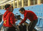 Tin tức - Hình ảnh Phó Thủ tướng Vũ Đức Đam dọn rác trên sân Mỹ Đình sau trận chung kết gây xúc động