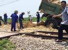 Tin trong nước - Tàu hỏa húc văng xe tải xuống ruộng, tài xế tử vong trong cabin