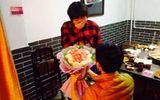 Thiếu nữ rơi nước mắt vì được cầu hôn bằng... hoa thịt giữa quán lẩu