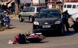 Mặc bà cụ bị thương, nữ tài xế cố thủ trên xe khi gây tai nạn