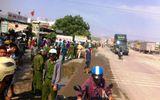 Bức xúc bị ô nhiễm, dân kéo nhau ra đường quốc lộ chặn xe
