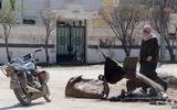Đoạn video khí độc ở Syria: Tuyệt vọng nhìn các em bé lịm dần vì chất độc