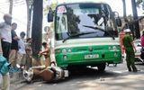 Giải cứu người phụ nữ mắc kẹt dưới gầm xe buýt