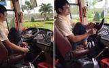 Clip: Tài xế xe khách bỏ vô lăng để... đi tất, xỏ giày