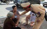 CSGT cứu sống cụ bà hơn 80 tuổi bị say nắng giữa đường