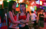 """""""Luật ngầm"""" tàn khốc trong thế giới """"tay vịn"""" karaoke (P2)"""