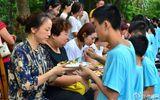 Bạn trẻ Trung Quốc quỳ gối bón cơm cho bố mẹ để bày tỏ lòng hiếu thảo