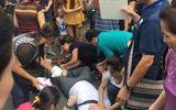 Xúc động cảnh người Hà Nội cứu giúp khách Tây ngất giữa đường