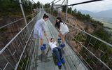 """Những hình ảnh thú vị trên """"cây cầu khiếp vía"""" đình đám của Trung Quốc"""