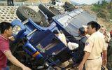 Lật xe tải trên đèo Mang Yang, tài xế mắc kẹt 3 giờ trong cabin