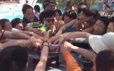 Lại xôn xao clip du khách Trung Quốc tranh cướp ăn hoa quả ở Việt Nam