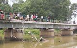 Tàu hỏa đâm xe tải mắc kẹt trên cầu, đường sắt Bắc - Nam bị ách tắc