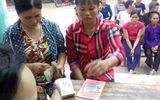 Phó giám đốc Cty CP Mía đường Hòa Bình trao tiền đền bù cho ngư dân