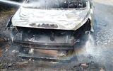 Ô tô bất ngờ bốc cháy, cô dâu chú rể may mắn thoát nạn