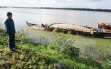 """""""Cát tặc"""" công khai nạo vét sông Thu Bồn"""