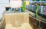 Bắt ghe khai thác cát lậu trên sông Đồng Nai