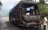 Xe khách cháy rụi, 30 người thoát chết