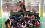 """Bức xúc cô giáo mầm non ngồi lên """"ghế thịt người"""" xếp từ học sinh"""