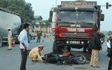 Xe tải mất lái do nổ lốp, hai người nguy kịch