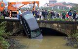 Xế hộp bất ngờ lao xuống sông, bé gái tử nạn